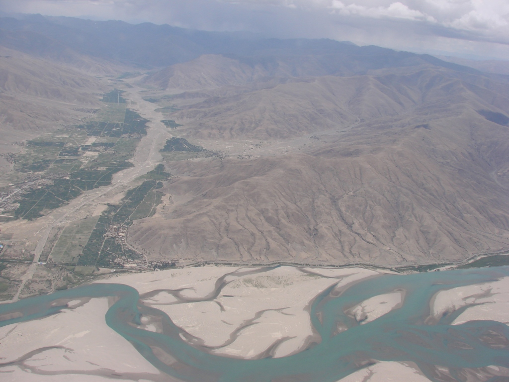 waving good bye to the turquois colored valleys from Tibet